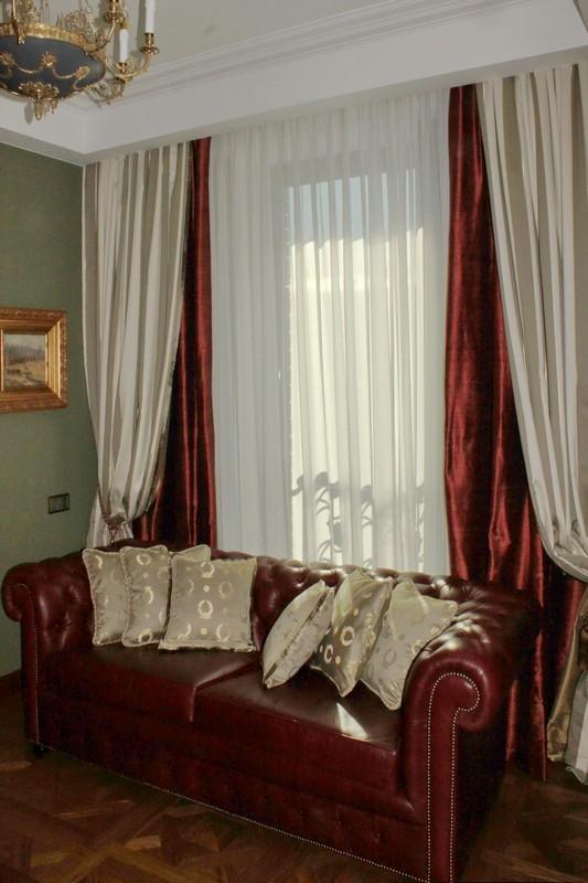 Красивые шелковые шторы двух цветов