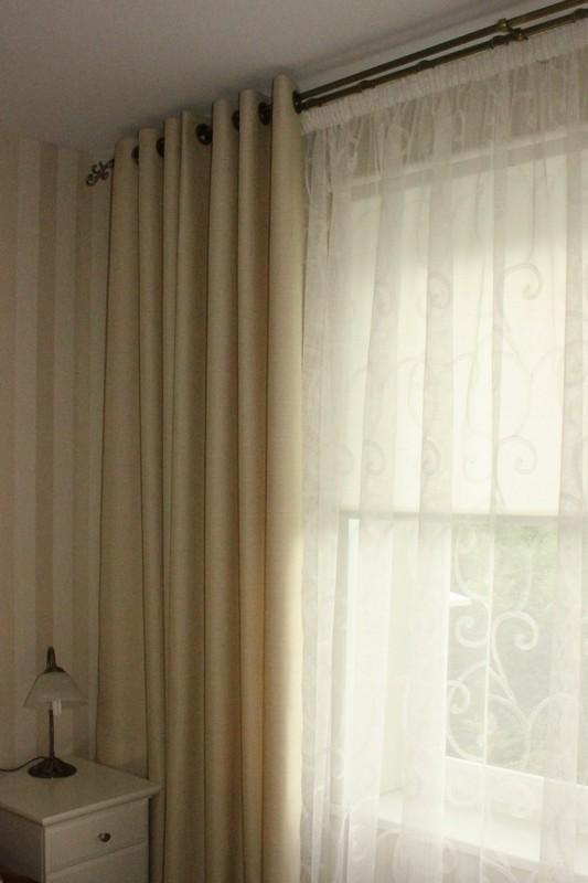 Простые бежевые шторы на люверсах