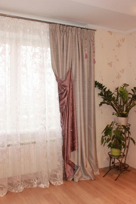 Простые шторы на петлях для зала с кистями