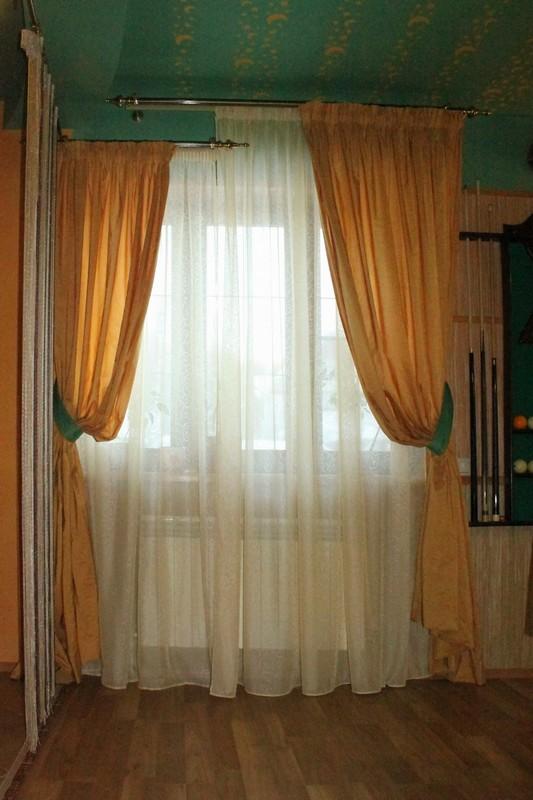 Простые шторы оранжевого цвета на кулиске