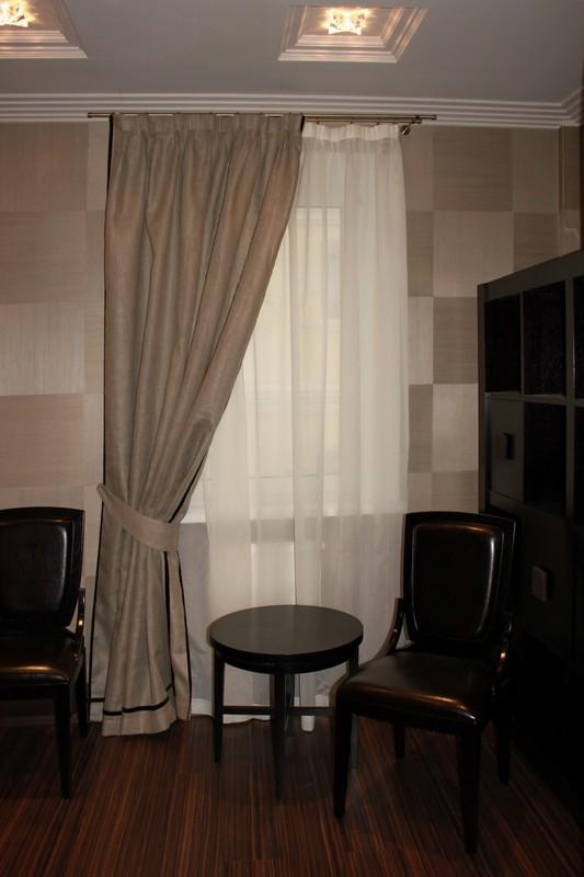 Простые шторы светло коричневого цвета на шторной ленте