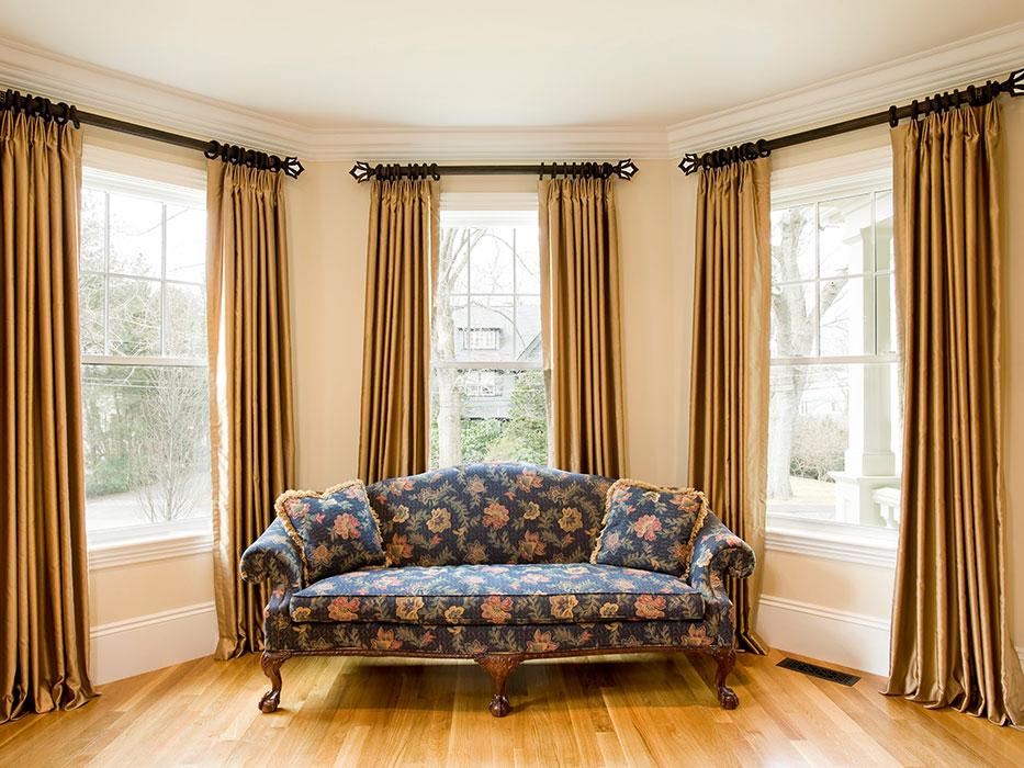 Простые шторы золотистого цвета