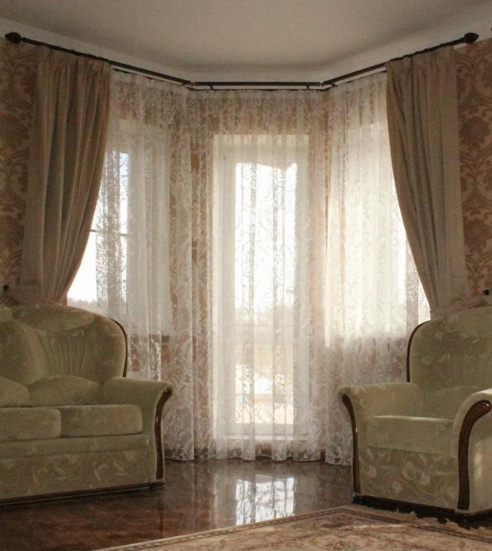 Прозрачная тюль с рисунков в виде веточки и простые шторы серо-коричневого цвета