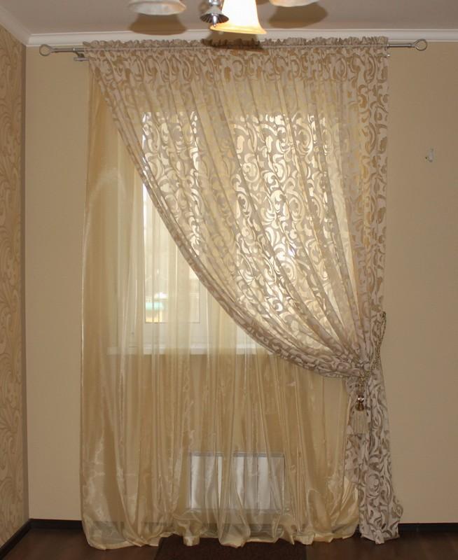 Тюль кремового цвета и простые шторы на кулиске