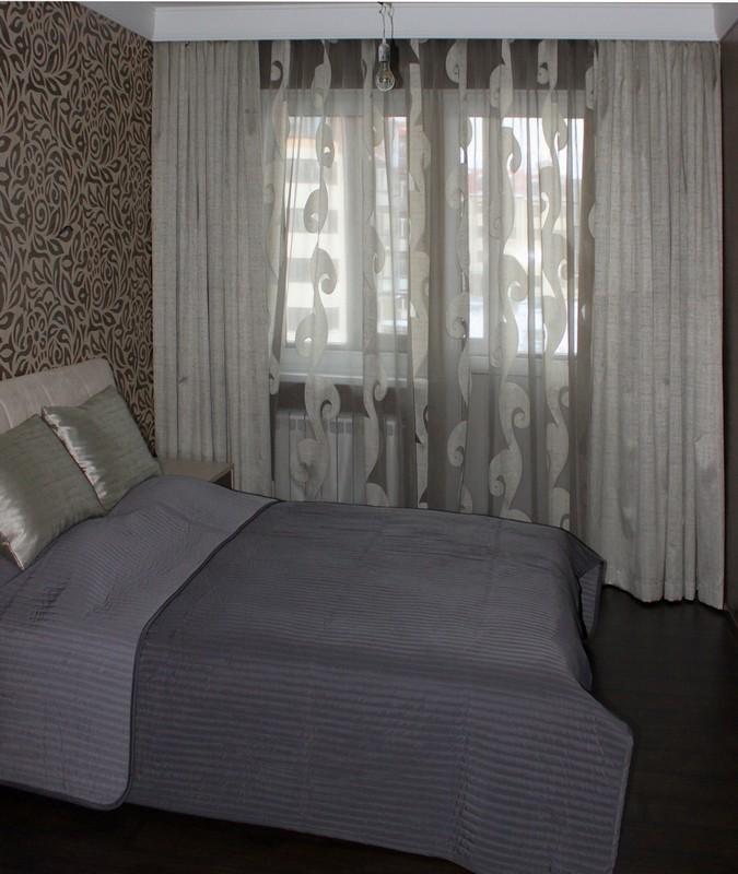 Простые серые шторы в спальню светло серого цвета
