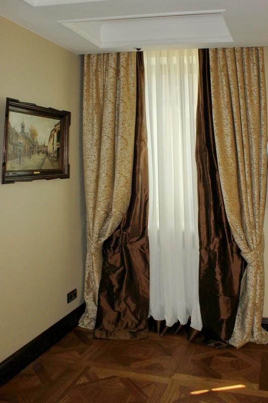Простые шторы двух цветов и тюль с окантовкой