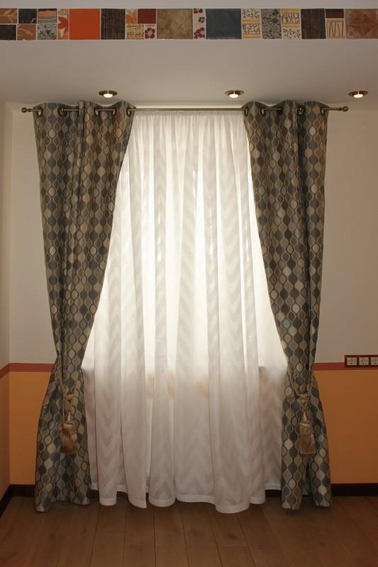 Простые шторы коричневого цвета с орнаментом